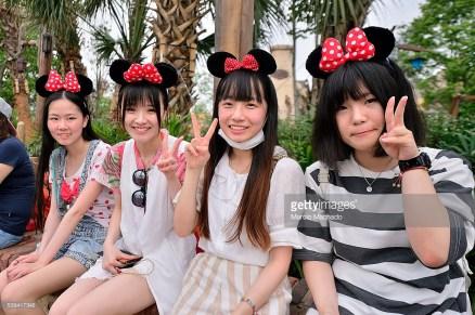 Ragazze a Disneyland Shanghai, giugno 2016. Foto Marcio Machado / Getty