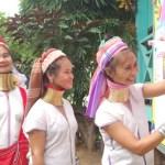 Donne giraffa al voto nella provincia di Mae Hong Son Thailandia