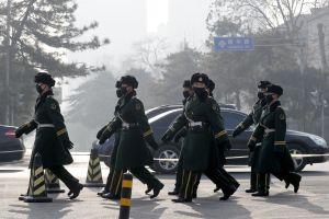 Cina, smog record: a Pechino i poliziotti indossano la mascherina. 19 dicembre 2016. Foto Andy Wong