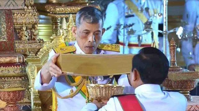Thailandia nuova costituzione: Re Vajiralongkorn porge la Carta Costituzionale nelle mani del generale golpista Prayuth Chan-ocha