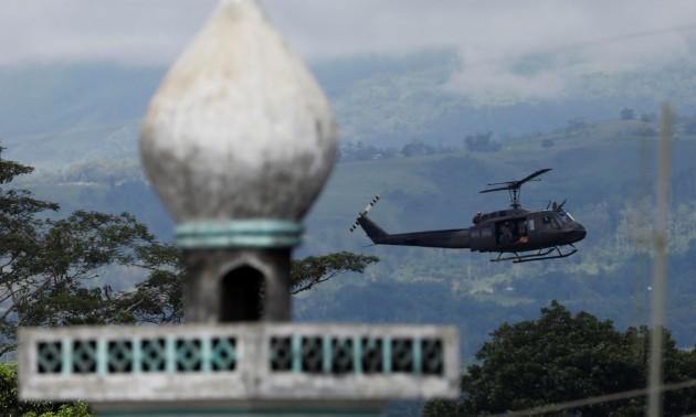 Elicottero nei pressi di una moschea: nelle Filippine continua la battaglia di Marawi. Foto Reuters
