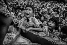 Un giovane di etnia Rohingya di fronte ad un camion che distribuisce aiuti vicino al campo profughi di Balukali, presso Cox's Bazar, in Bangladesh. Gli investigatori delle Nazioni Unite dicono che la situazione in Birmania dovrebbe essere indirizzata alla Corte penale internazionale. Foto Kevin Frayer