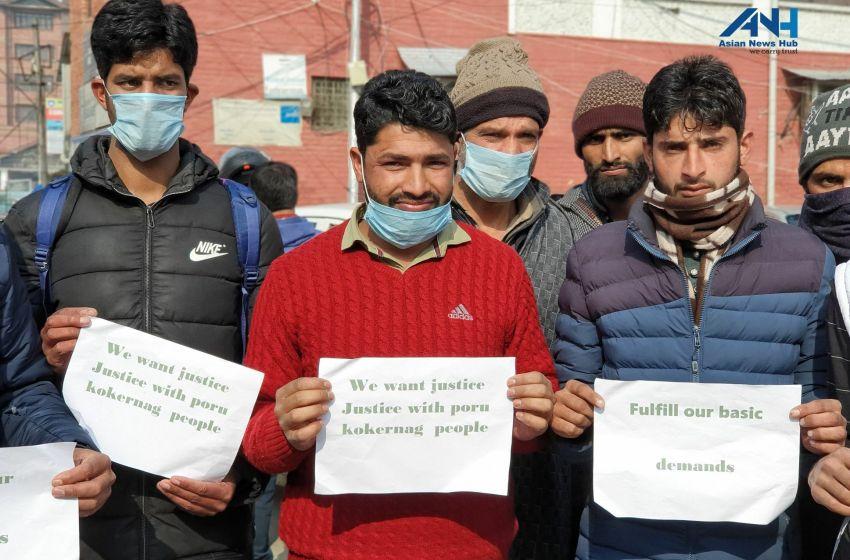 Inhabitants of Poru Kalnga village in Kokernag protest in Sgr against lack of basic facilities