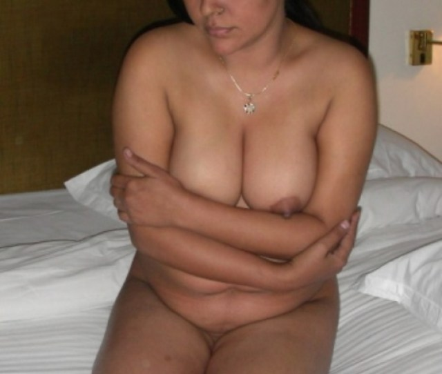Mature Indian Babe Love To Display Her Awesome Body To Attract Someone For Sex