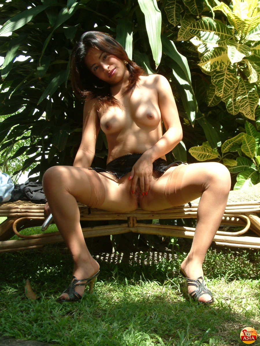 Filipina babe prepares asshole for anal insertion outdoors