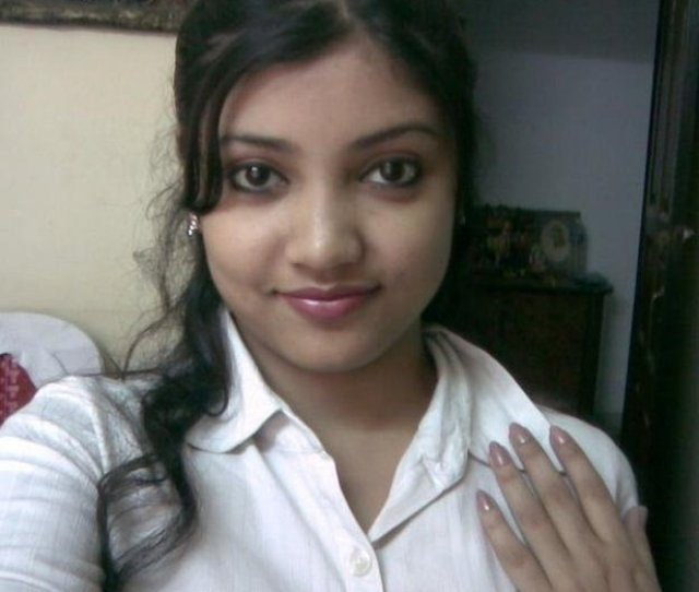 Hot Looking Indian College Girl In Horny Mood And Gives Sexy Look