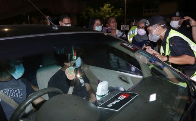 Malaysia Police To Families Don T Go Out Together During