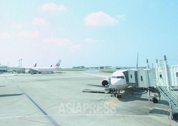 那覇空港。仮に「戦争法案」が成立がすれば、日本の民間航空が軍事利用されるおそれが高まる。撮影 吉田敏浩