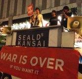 大阪駅前で行われた安保法案に反対する抗議行動では多数の若者たちが参加。かれらのスピーチに人びとは立ち止まり、耳を傾けていた。(7月撮影 矢野宏 新聞うずみ火)