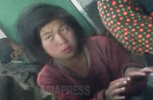 <北朝鮮写真報告>金正恩時代の子供ホームレスたち(5) 街を彷徨う幼児、女子中生の姿が絶えない 足を失った子も(写真4枚)
