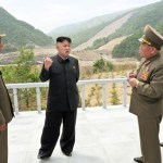 동부 강원도의 '마식령 스키장' 건설현장을 현지지도하는 김정은. '스키장이 건설됨으로써 전국에 스키 붐이 일어날 것'이라 말했다고 북한 매체가 보도했다. 5월26일자 노동신문 인용