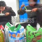 중국산 쌀을 파는 여성들이 면으로 식사를 하고 있다. 쌀 자루에는 '아키다 코마치'라는 일본 브랜드가 보인다. 2013년 10월 북부 국경 도시(아시아프레스)