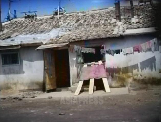 한 집에 두 가구가 입주하는 것을 '동거'라고 한다. 드문 일이 아니다. 사진은 도시 근교에 있는, '하모니까'로 불리는 연립주택의 입구. 2007년 8월 황해북도 사리원에서 리준 촬영(아시아프레스)