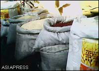 Kim's market images prove that quite a large amount of rice is being sold. Sacks of white rice and corn on display in the open-air market.  (January. 2011. North Pyongan Province, by Kim Dong-cheol.(C)ASIAPRESS