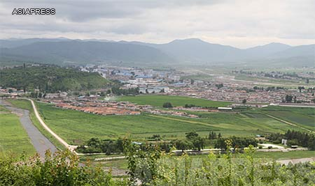 (Reference Photo) North Korea's border town, Hyoeryong, North Hamkyung Province. The river flowing from left to right is the Tuman-gang(Tumen River). Chinese carrier mobile phones function in the border area and allow us to receive information. (Photo was taken from the Chinese side. June/2010) ASIAPRESS