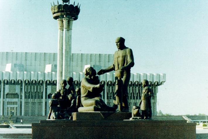 Памятник семье Шамахмудовых в Ташкенте. Фото с сайта diafilmy.su