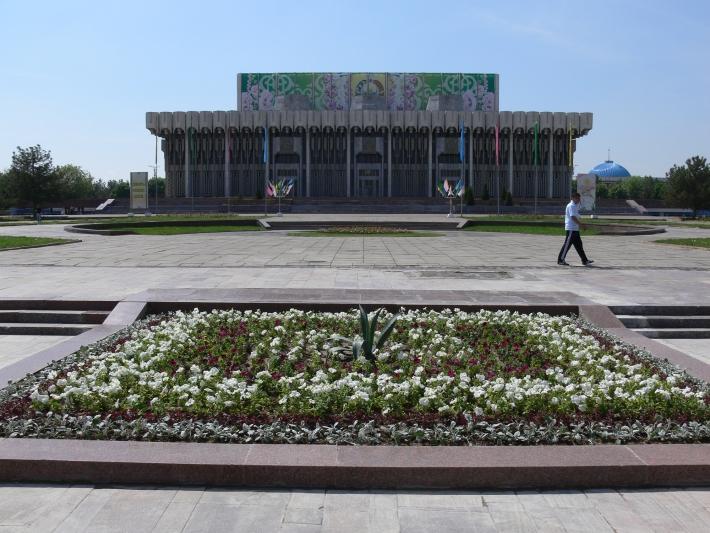 Клумба на том месте, где стоял памятник семье Шамахмудовых