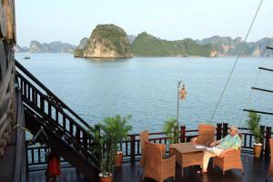 Dawn in Halong Bay: Exquisite!