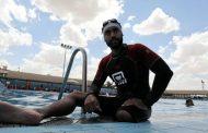 سباح مصري يجتاز خليج العقبة بساق واحدة!