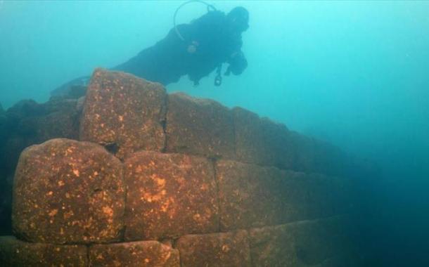 العثور على بقايا قلعة تاريخية ببحيرة