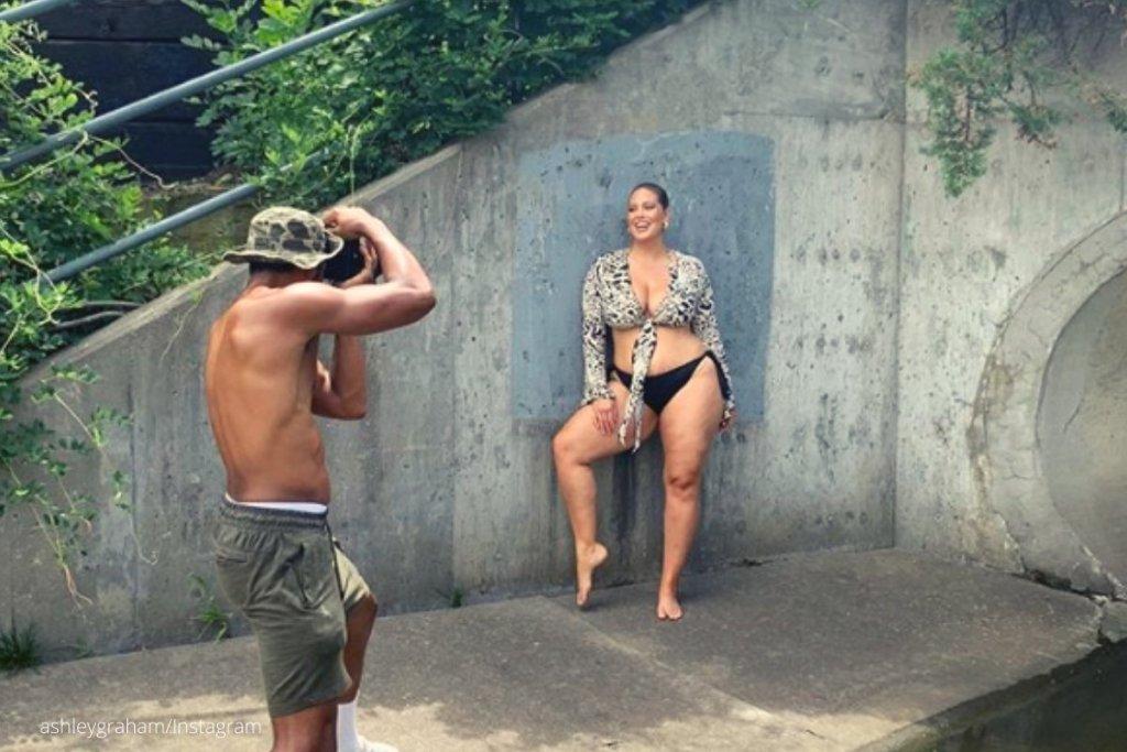 Άσλεϊ Γκράχαμ: Η φωτογράφηση μόδας με τις ραγάδες της εγκυμοσύνης