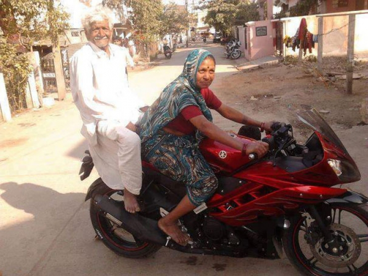 Smiling Face Girl Wallpaper India Funny Indian Old Couple On Bike