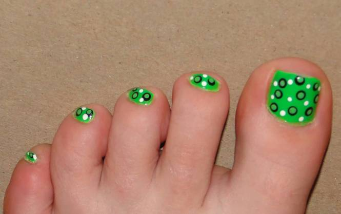 Blue And White Polka Dots Nail Art Design For Toe