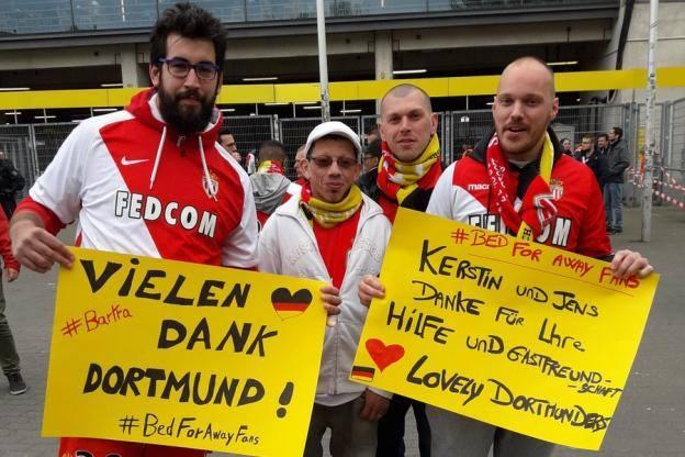Des supporters de Monaco soutiennent Dortmund