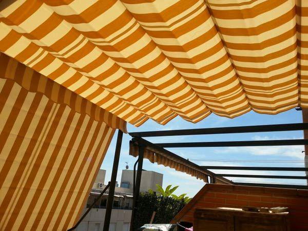Le tende da sole esterne con guide laterali, invece, sono perfette per coprire e proteggere zone di grandi dimensioni, offrendo un'elevata protezione dai raggi solari. Tende Da Sole Ravenna Cappottine A Caduta Bracci Per Balconi Terrazzi Condominio