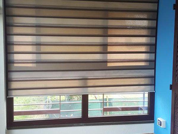 Essendo per ambienti esterni le tende veneziane da esterno sono dotate di guida a fili laterali. Tende Veneziane Ravenna Oscuranti Per Finestre Interni Esterni Su Misura