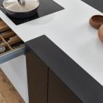 Auch das Innere der Bondi ist hochwertig: hier ein Auszug aus der Serie Q-Box mit integriertem Messerblock, gefertigt aus hellem, massivem Eichenholz mit schwarzen Bodenschalen, die herausnehmbar und leicht zu reinigen sind. (Foto: LEICHT)
