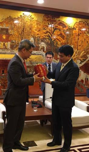 Chairman discussion with Mayor at Hanoi 2