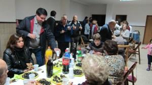 Disfrutando de las castañas en el Magosto Solidario
