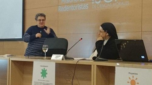Justi Sánchez pesenta a sor Lucía Caram (Foto: Ana Fernández)
