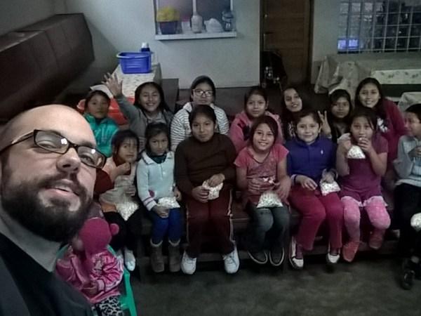 Samu con los niños en las clases de apoyo escolar