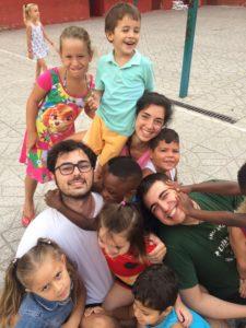 Voluntarios con los niños del campamento de Nazaret (Valencia)