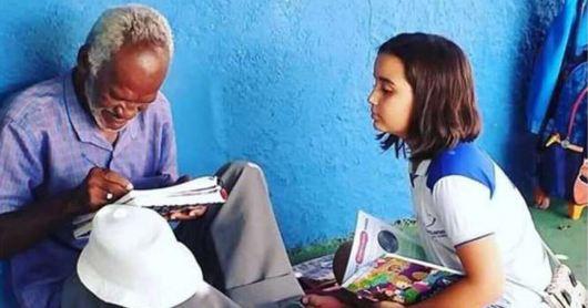 Resultado de imagem para menina ensina senhor a ler e escrever