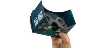 Das POP!CARDBOARD besitzt eine Aussparung zur manuellen Navigation mit dem Finger während des Tragens.