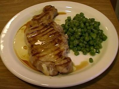 Carne alla griglia con piselli