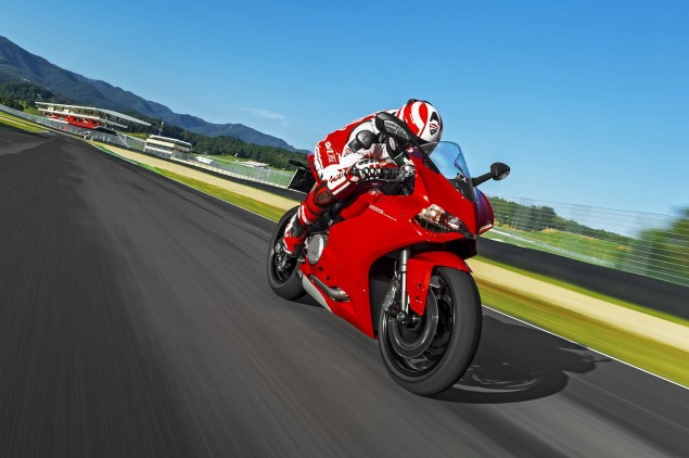 2014-Ducati-899-Panigale-track-04