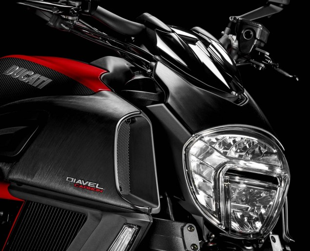 2014-Ducati-Diavel-Carbon-19