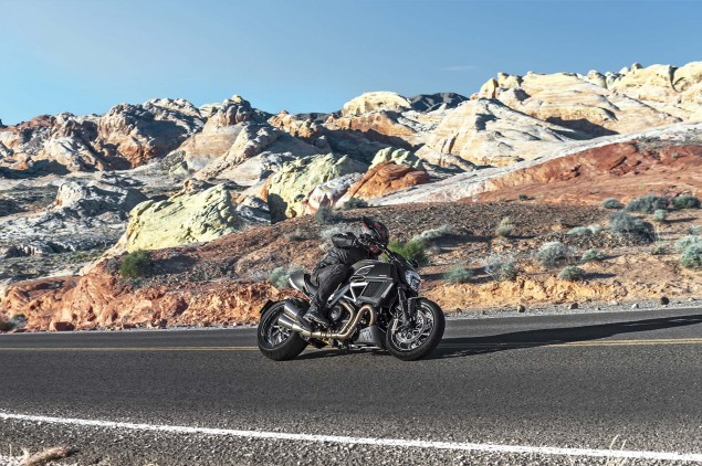 2014-Ducati-Diavel-Carbon-35