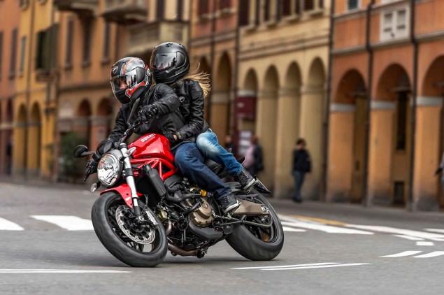 2015-Ducati-Monster-821-02