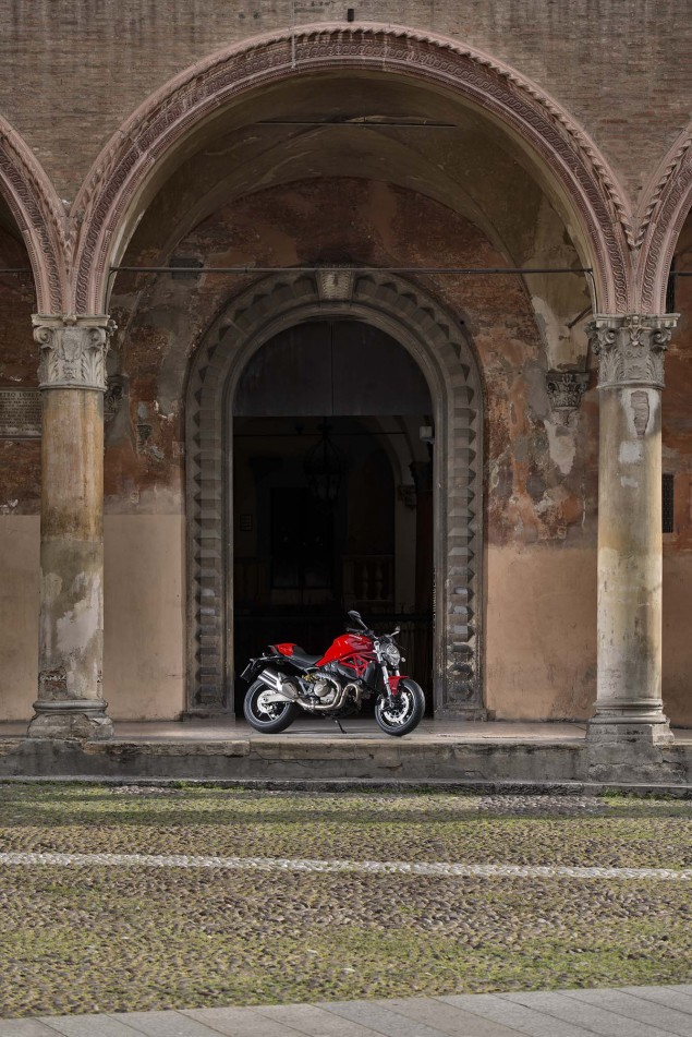 2015-Ducati-Monster-821-115