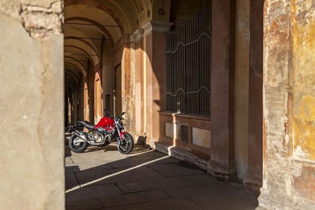 2015-Ducati-Monster-821-37