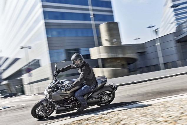 2016-Ducati-Diavel-Carbon-15
