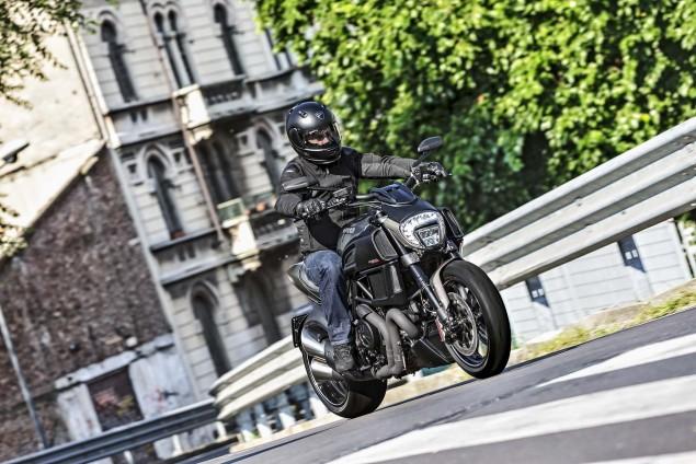 2016-Ducati-Diavel-Carbon-16