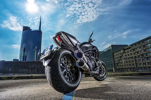 2016-Ducati-Diavel-Carbon-32