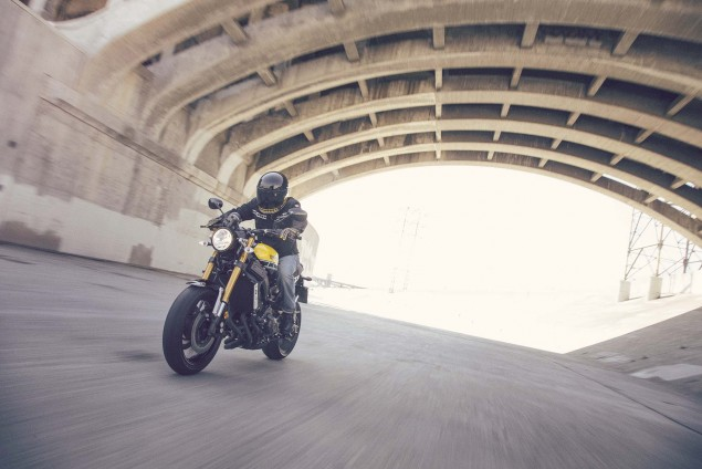 2016-Yamaha-XSR900-action-02