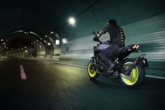 2017-yamaha-mt-09-europe-action-03